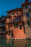 Vecchie costruzioni al centro urbano di Annecy Immagine Stock