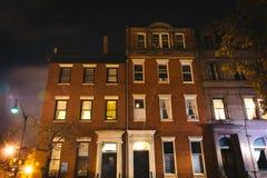 Vecchie costruzioni alla notte in Mount Vernon, Baltimora, Maryland Fotografia Stock Libera da Diritti