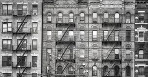 Vecchie costruzioni con le uscite di sicurezza in New York Fotografia Stock