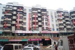 Vecchie costruzioni dei quartieri residenziali che appendono le insegne per protestare l'impresa immobiliare Fotografia Stock Libera da Diritti