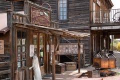 Vecchie costruzioni della città di selvaggi West immagine stock