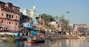 Vecchie costruzioni della città indiana sopra il fiume Immagini Stock