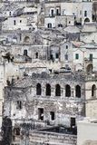 Vecchie costruzioni delle pietre e villaggio italiano antico a Matera in Italia Fotografia Stock Libera da Diritti