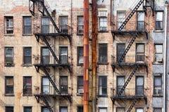 Vecchie costruzioni di appartamento in New York Immagini Stock Libere da Diritti