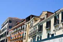 Vecchie costruzioni gialle a Venezia, Italia fotografie stock