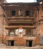 Vecchie costruzioni lungo le vie di Kathmandu immagini stock
