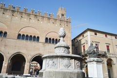 Vecchie costruzioni medievali sulla piazza Cavour Fotografia Stock