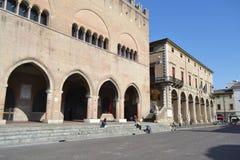 Vecchie costruzioni medievali sulla piazza Cavour Immagini Stock