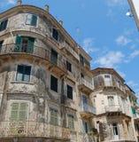 Vecchie costruzioni nella città di Corfù Fotografia Stock