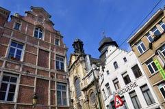 Vecchie costruzioni residenziali e commerciali stile europea conservate sulle vie della città di Bruxelles, Belgio Fotografia Stock