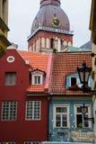 Vecchie costruzioni variopinte e torre di orologio della cattedrale della cupola Fotografia Stock