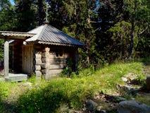 Vecchie costruzioni vicino al tempio su Solovki Isole di Solovetsky, regione di Arcangelo, mar Bianco fotografia stock