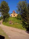 Vecchie costruzioni vicino al tempio su Solovki Isole di Solovetsky, regione di Arcangelo, mar Bianco immagine stock libera da diritti