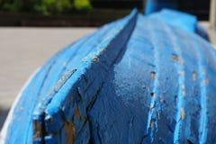 Vecchie due barche blu e bianche misere Fotografia Stock