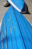 Vecchie due barche blu e bianche misere Immagine Stock