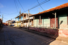 Vecchie e case variopinte in Baracoa, Cuba Fotografie Stock