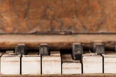 Vecchie e chiavi stagionate del piano Fotografia Stock