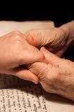 Vecchie e giovani mani Fotografie Stock Libere da Diritti