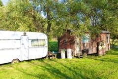 Vecchie e nuove case di campeggio Fotografia Stock Libera da Diritti