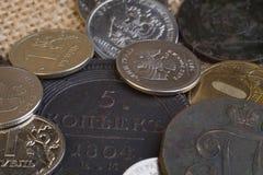 Vecchie e nuove monete della Russia per il confronto delle monete rotonde di grandezza, del rame e del ferro fotografie stock libere da diritti