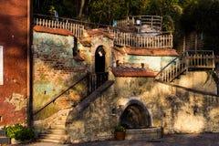 Vecchie facciata e scale del cortile Immagini Stock Libere da Diritti