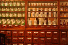 Vecchie farmacia, farmacia, bottiglie e fiale Immagini Stock