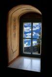 Vecchie finestra e nubi Immagini Stock