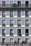 Vecchie finestre affiancate della costruzione Lisbona Immagine Stock