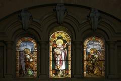 Vecchie finestre al piombo macchiate in chiesa spagnola Fotografie Stock