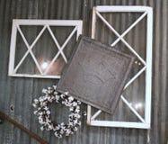 Vecchie finestre antiche d'annata con la corona della latta e le mattonelle del soffitto dell'incrocio immagini stock