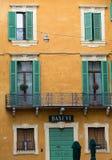 Vecchie finestre con gli otturatori di legno in distretto storico di Verona Immagini Stock