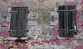 Vecchie finestre con gli otturatori di legno stagionati Fotografie Stock