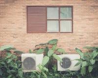 Vecchie finestre con il condizionatore d'aria Immagini Stock Libere da Diritti
