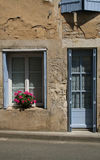 Vecchie finestre con le imposte e vecchio lavoro in pietra, Francia Immagini Stock Libere da Diritti