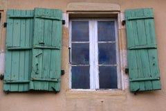 Vecchie finestre con le imposte e vecchio lavoro in pietra, Francia Fotografie Stock