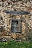 Vecchie finestre con le imposte e vecchio lavoro in pietra, Francia Fotografie Stock Libere da Diritti