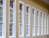 Vecchie finestre dell'azienda agricola dipinte nel bianco con alcuni dettagli Fotografia Stock