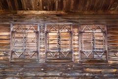 Vecchie finestre di legno con gli otturatori chiusi Immagini Stock