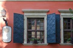 Vecchie finestre di legno con gli otturatori del metallo Fotografia Stock Libera da Diritti