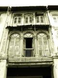 Vecchie finestre di legno dello shophouse Fotografia Stock