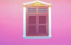 Vecchie finestre di legno sul colore rosa Immagine Stock
