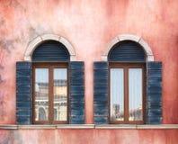 Vecchie finestre incurvate Fotografia Stock Libera da Diritti