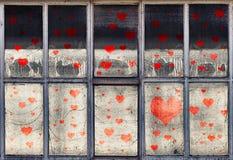 Vecchie finestre industriali con i simboli illustrati del cuore immagine stock