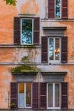 Vecchie finestre a Roma Italia Immagine Stock
