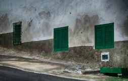 Vecchie finestre stagionate spagnole a Vilaflora, Tenerife immagini stock