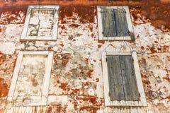 Vecchie finestre su una parete di lerciume Fotografie Stock