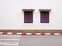 Vecchie finestre sulla parete bianca fotografia stock libera da diritti