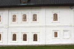 Vecchie finestre in una parete bianca Fotografia Stock