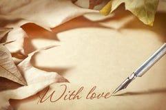 Vecchie fontana della penna del fondo e lettera di carta del fogliame di amore Immagini Stock Libere da Diritti
