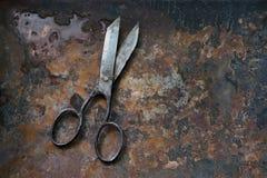 Vecchie forbici d'annata del metallo fatte a mano su fondo arrugginito della superficie di metallo, interior design moderno delle Immagini Stock